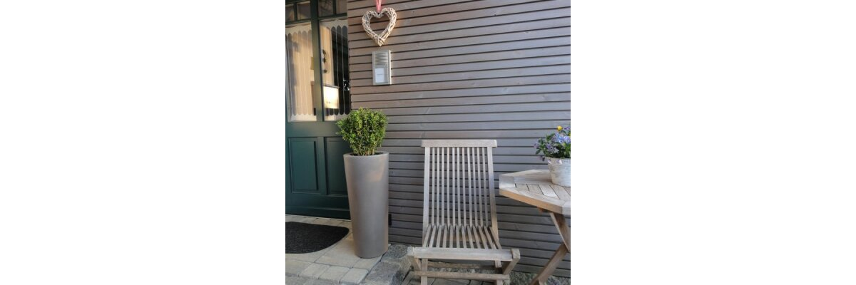 Hoher Pflanzkübel CONO 68 beige - Hoher Pflanzkübel im Eingangsbereich